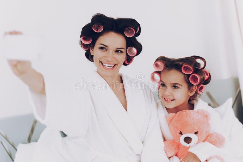 Lycklig ung flicka med björnen och glamourmodern arkivbilder