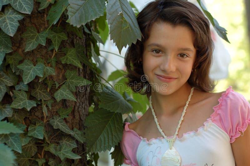 Lycklig ung flicka utomhus arkivbild