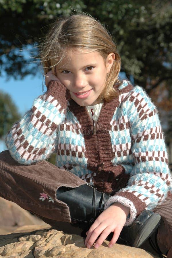 Lycklig ung flicka utomhus arkivfoton