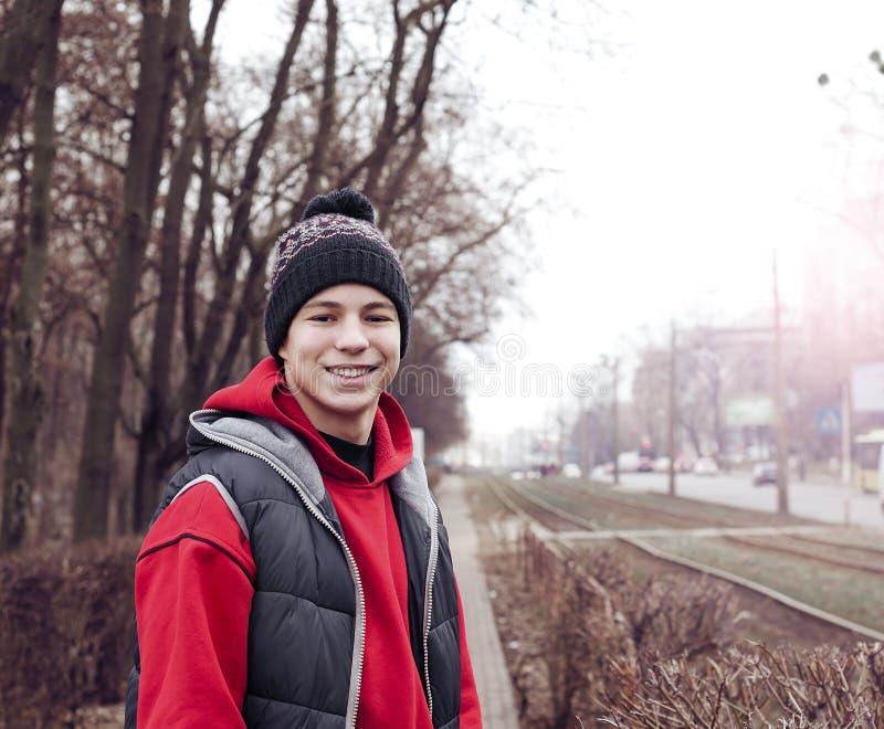 Lycklig ung gemene man av staden royaltyfri fotografi