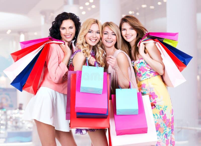 Lycklig ung grupp av kvinnor, når att ha shoppat i den stora gallerian arkivbild