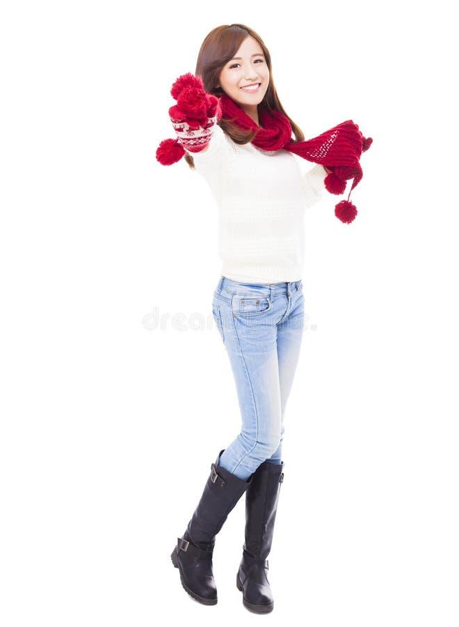 Lycklig ung härlig kvinna i vinterkläder royaltyfria bilder