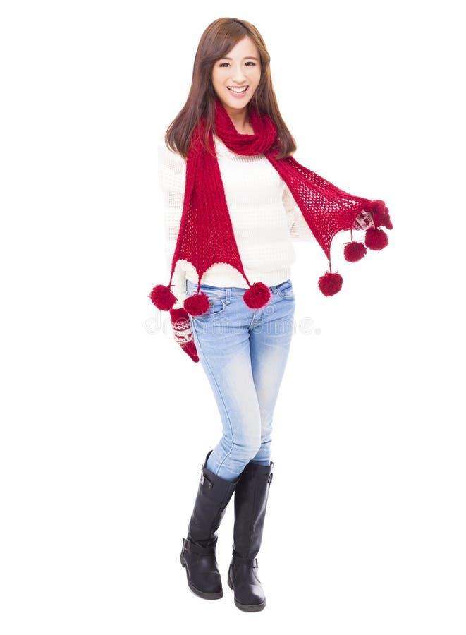 Lycklig ung härlig kvinna i vinterkläder fotografering för bildbyråer