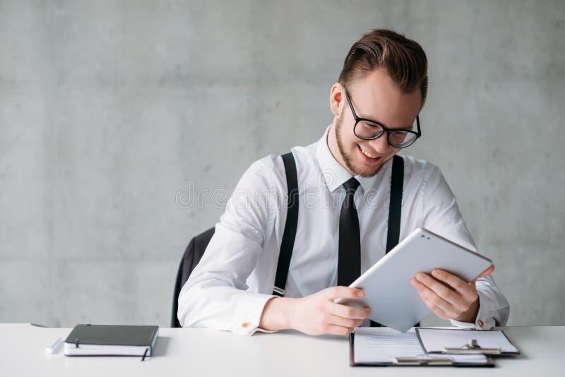 Lycklig ung kontorsarbetare f?r lyckad karri?r arkivfoto