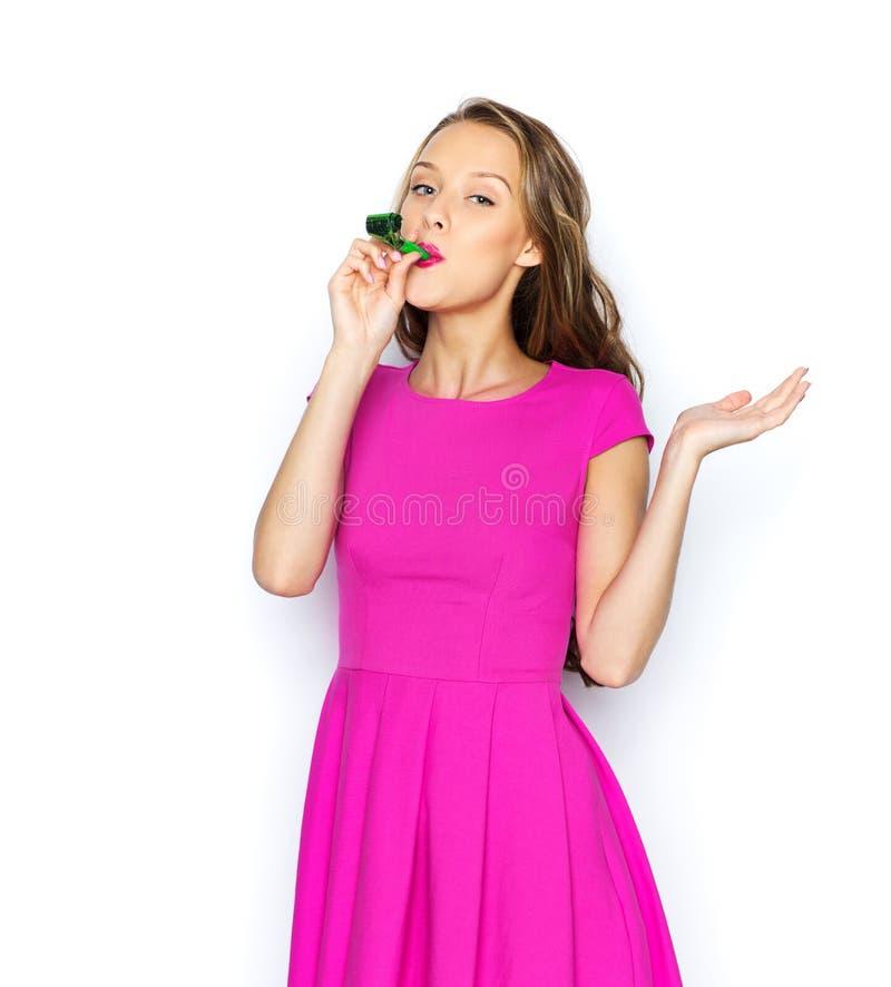 Lycklig ung kvinna eller tonårig flicka med partihornet fotografering för bildbyråer