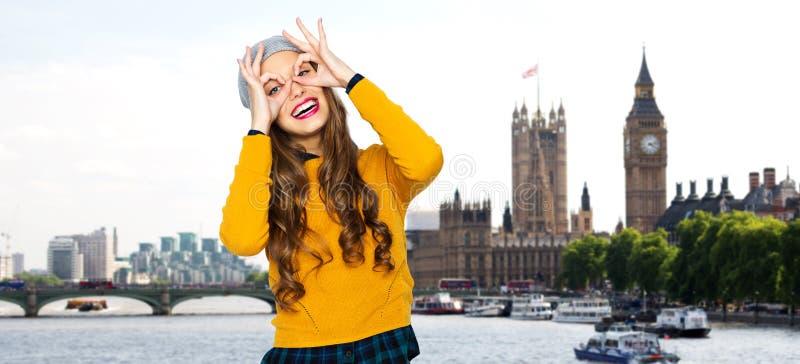 Lycklig ung kvinna eller tonårig flicka som har gyckel royaltyfri foto