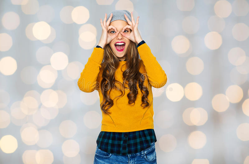 Lycklig ung kvinna eller tonårig flicka som har gyckel royaltyfria foton