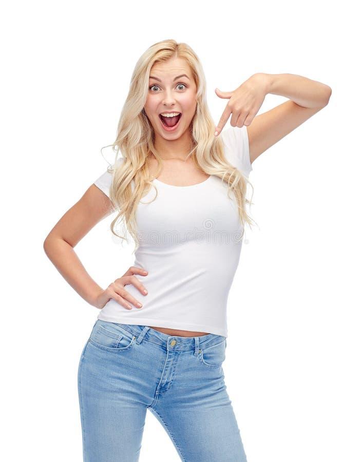 Lycklig ung kvinna eller tonårs- flicka i den vita t-skjortan royaltyfri fotografi