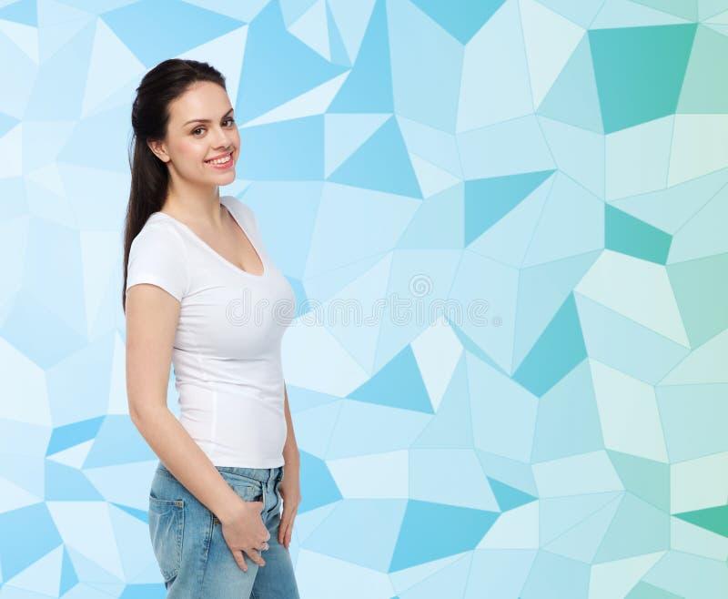 Lycklig ung kvinna eller tonårs- flicka i den vita t-skjortan arkivfoto