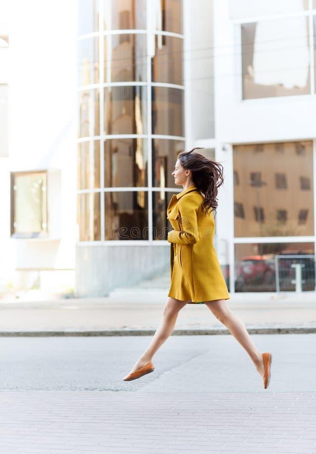 Lycklig ung kvinna eller tonårs- flicka på stadsgatan arkivfoton