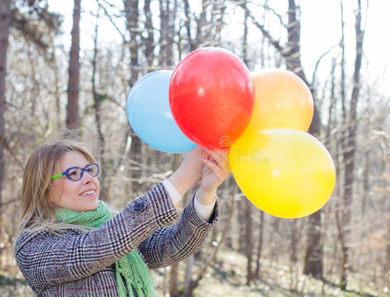 Lycklig ung kvinna för bekymmerslös livsstil royaltyfri foto