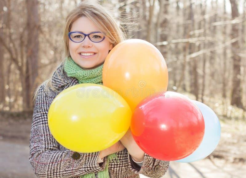 Lycklig ung kvinna för bekymmerslös livsstil arkivfoto