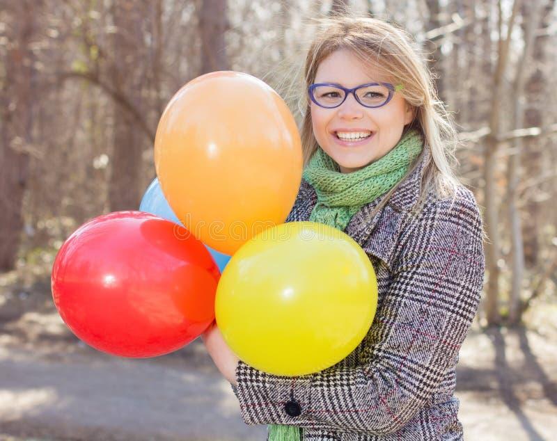 Lycklig ung kvinna för bekymmerslös livsstil arkivbilder