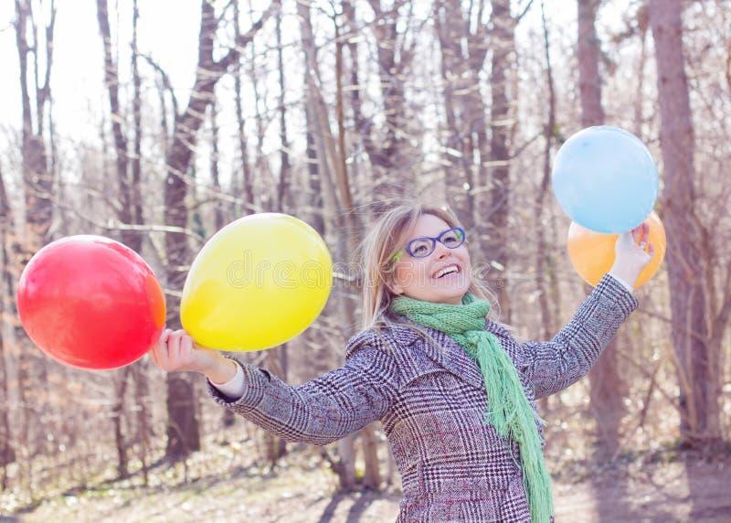 Lycklig ung kvinna för bekymmerslös livsstil royaltyfri fotografi