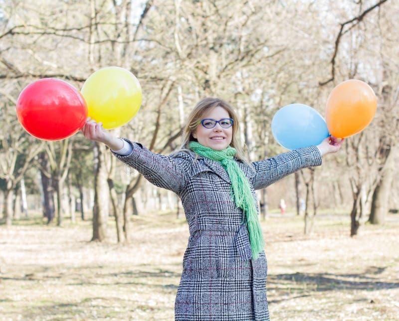 Lycklig ung kvinna för bekymmerslös livsstil arkivbild