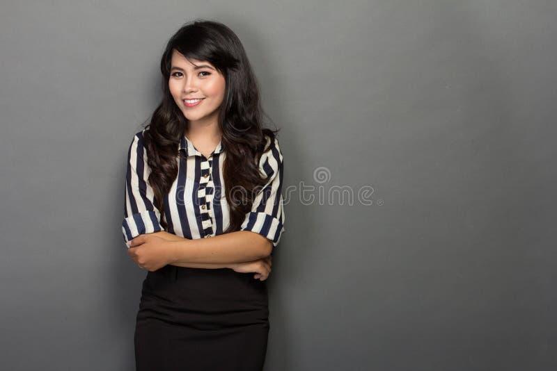 Lycklig ung kvinna i arbetsdräkten, leende royaltyfria foton