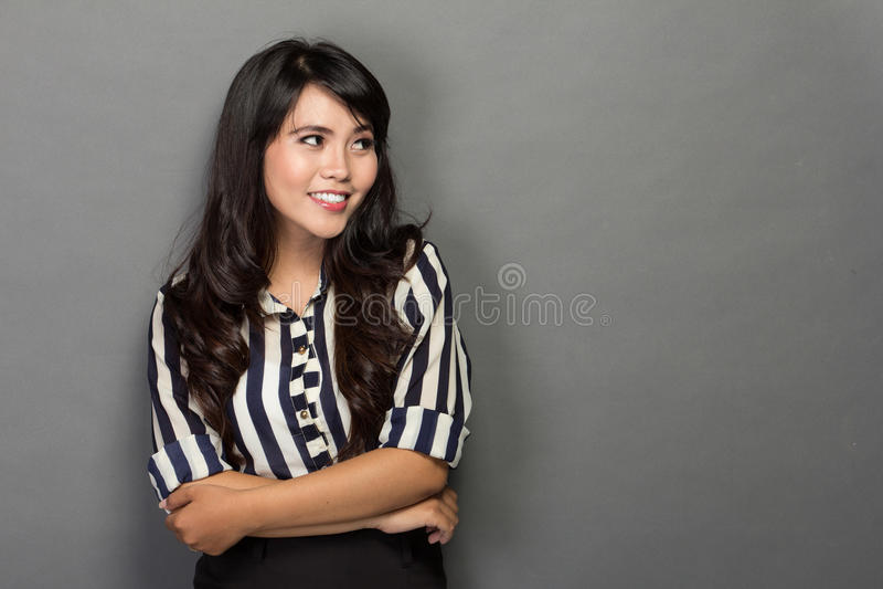 Lycklig ung kvinna i arbetsdräkten, leende royaltyfri fotografi