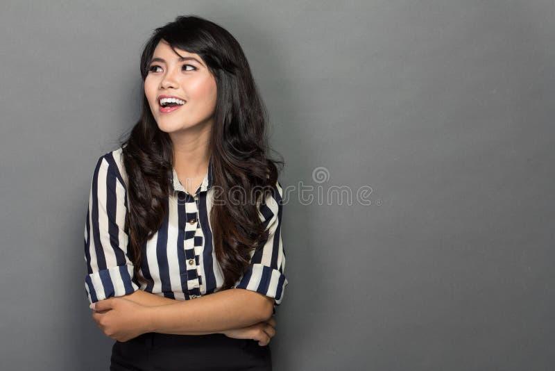 Lycklig ung kvinna i arbetsdräkten, leende fotografering för bildbyråer