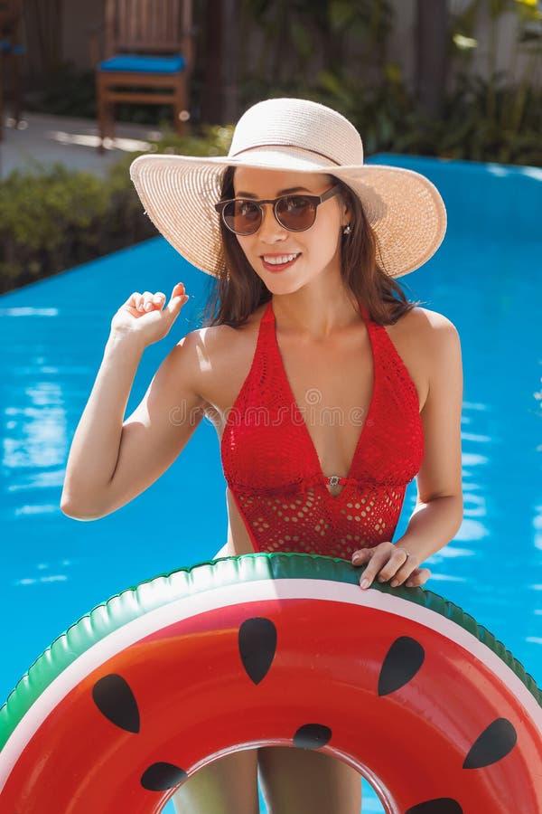 lycklig ung kvinna i baddräkt med den uppblåsbara cirkeln fotografering för bildbyråer