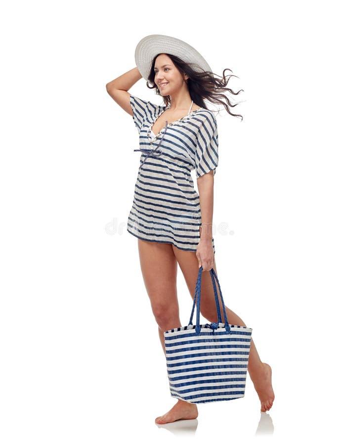 Lycklig ung kvinna i bikinibaddräkt och solhatt arkivbilder