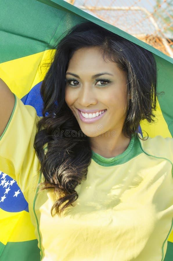 Lycklig ung kvinna i Brasilien fotbollöverkant royaltyfria foton