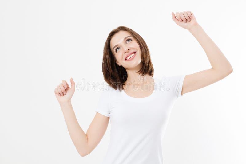 Lycklig ung kvinna i den vita tomma t-skjortan Framgång- och malltshirtbegrepp bakgrund isolerad white kopiera avstånd fotografering för bildbyråer