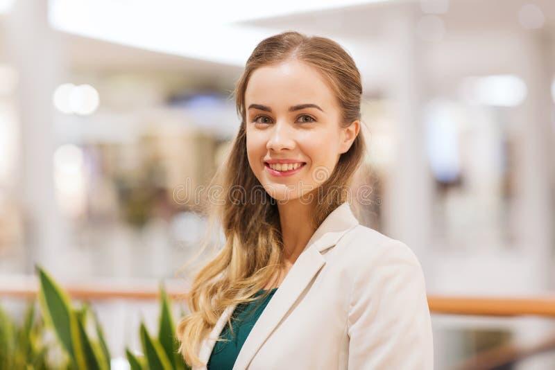 Lycklig ung kvinna i galleria eller affärsmitt fotografering för bildbyråer