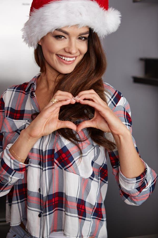 Lycklig ung kvinna i kök fotografering för bildbyråer