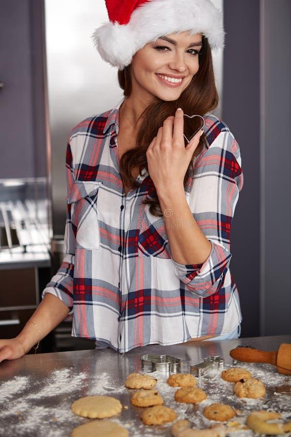 Lycklig ung kvinna i kök royaltyfri fotografi
