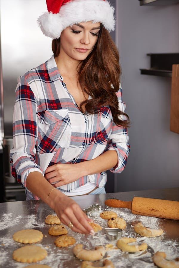 Lycklig ung kvinna i kök arkivbilder