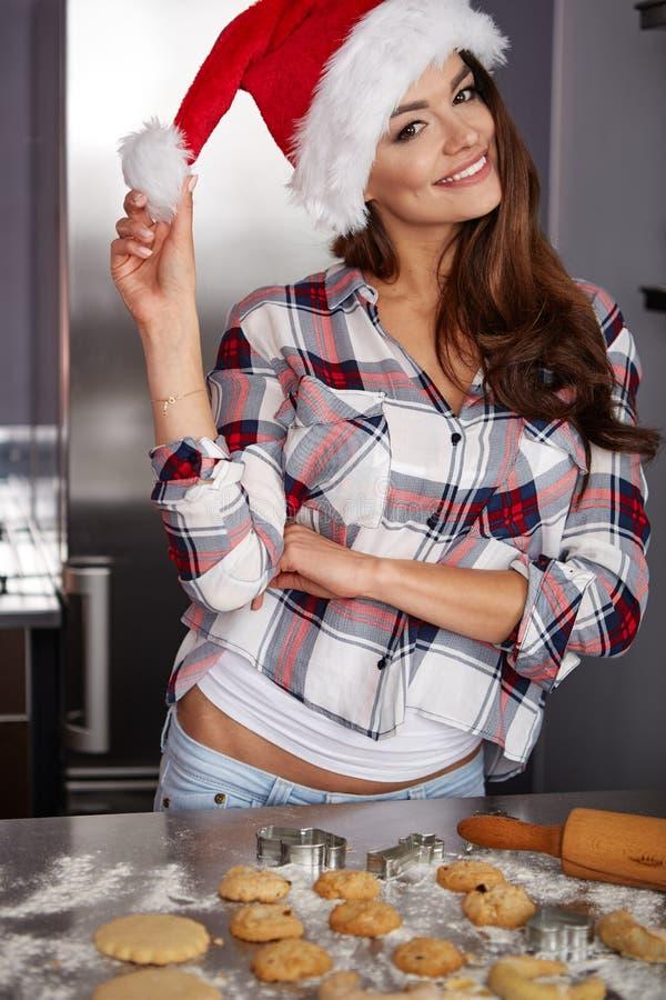 Lycklig ung kvinna i kök royaltyfri foto