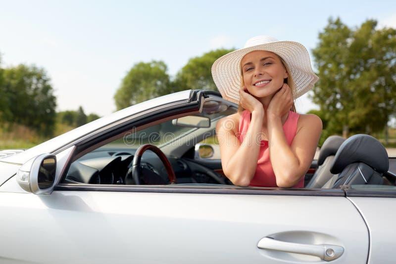 Lycklig ung kvinna i konvertibel bil royaltyfria bilder