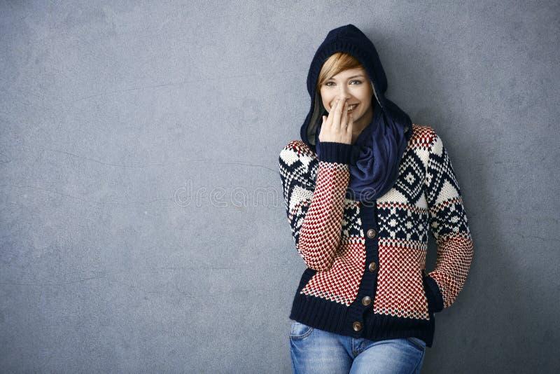 Lycklig ung kvinna i scandinavian tröja royaltyfri bild