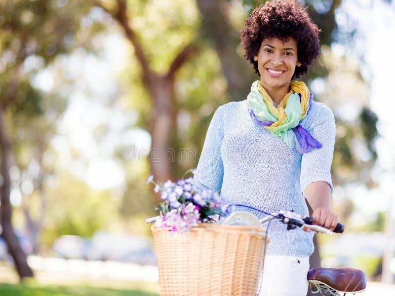 Download Lycklig Ung Kvinna Med Cykeln Arkivfoto - Bild av cirkulera, livsstil: 78728612
