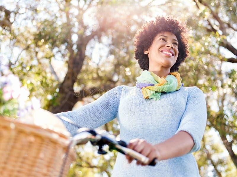 Download Lycklig Ung Kvinna Med Cykeln Fotografering för Bildbyråer - Bild av klänning, glädje: 78728831