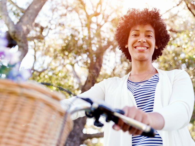 Download Lycklig Ung Kvinna Med Cykeln Arkivfoto - Bild av park, folk: 78729812