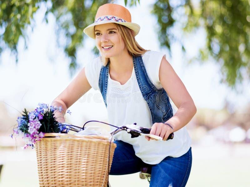 Download Lycklig Ung Kvinna Med Cykeln Fotografering för Bildbyråer - Bild av green, cyklar: 78730241