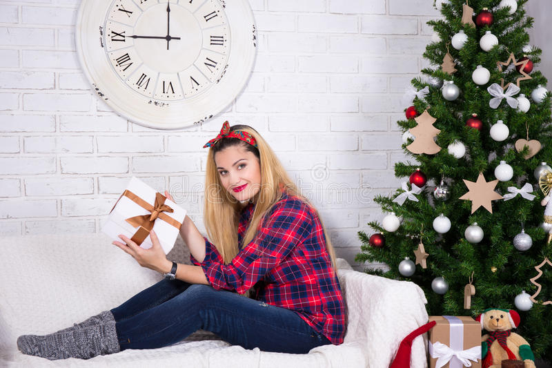 Lycklig ung kvinna med den dekorerade julgranen arkivfoton