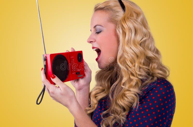 Lycklig ung kvinna med den retro radion royaltyfria foton