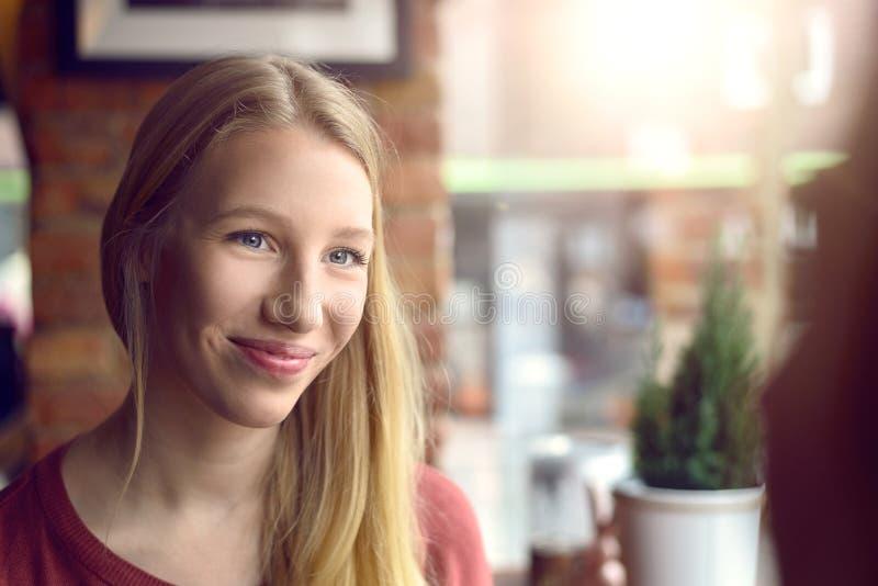 Lycklig ung kvinna med ett stråla leende fotografering för bildbyråer