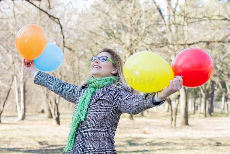 Lycklig ung kvinna med färgrika ballonger arkivbilder