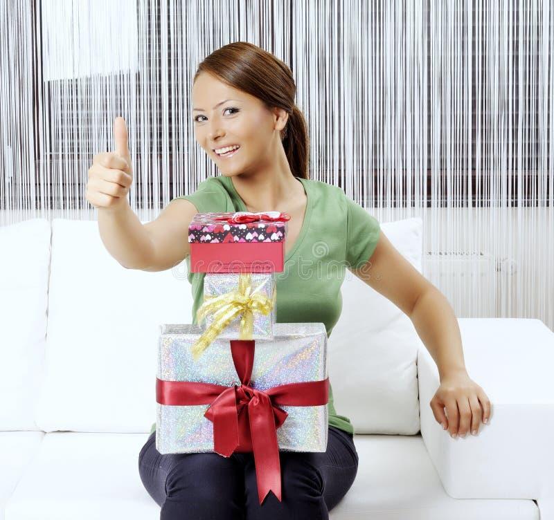 Lycklig ung kvinna med gåvaaskar royaltyfri foto