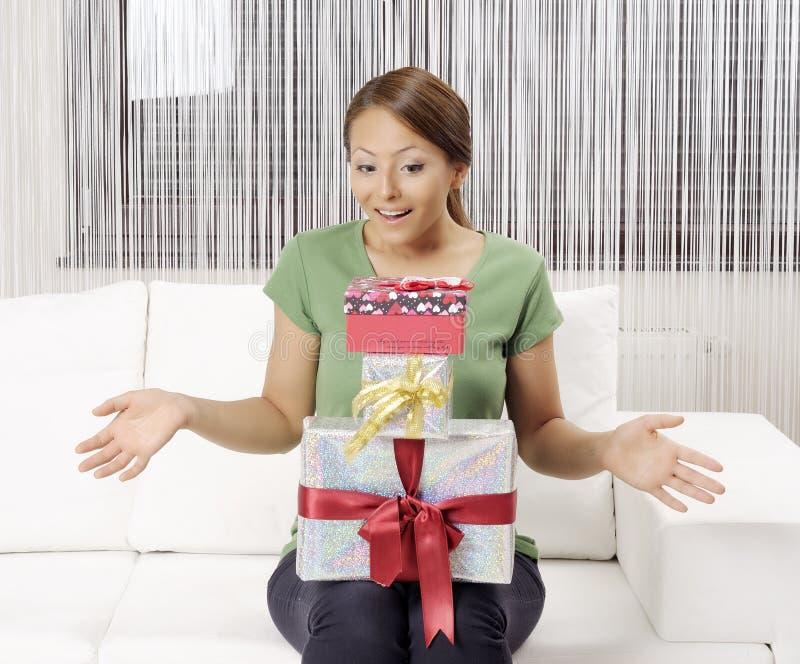Lycklig ung kvinna med gåvaaskar arkivfoton