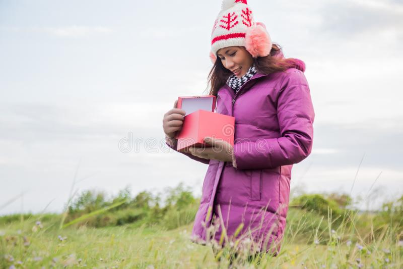 Lycklig ung kvinna med g?van i h?nder Jul och vinterbegrepp arkivbild