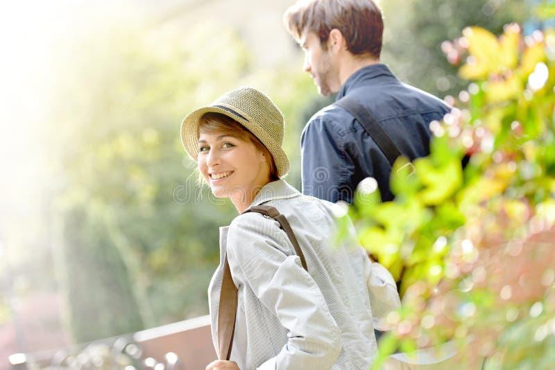 Lycklig ung kvinna med hennes pojkvän som går i parkera arkivbild