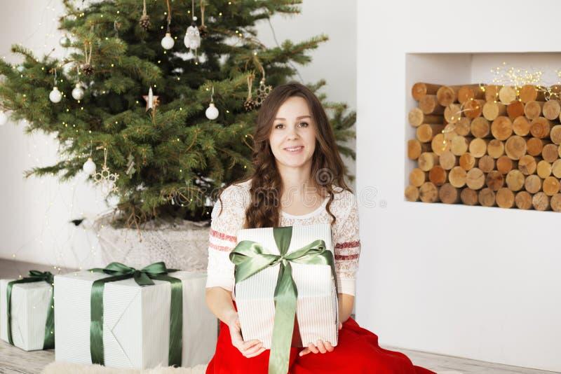 Lycklig ung kvinna med julg?vor F?rtjust g?va f?r flicka royaltyfri bild