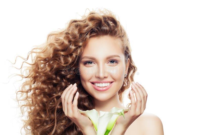 Lycklig ung kvinna med lockigt hår som isoleras på vit Härlig modell med klar hud och blommor i handstående arkivfoton
