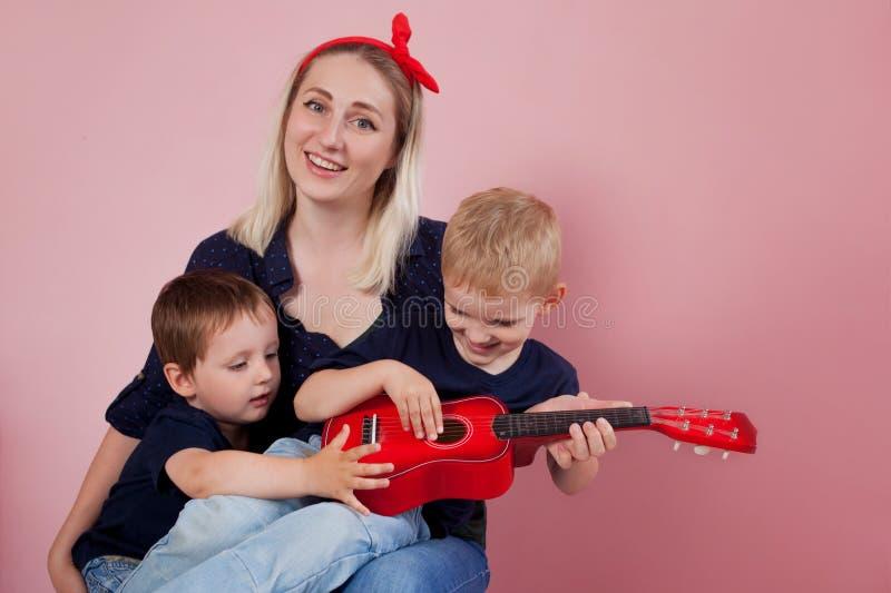 Lycklig ung kvinna med söner gladlynt familj arkivbilder