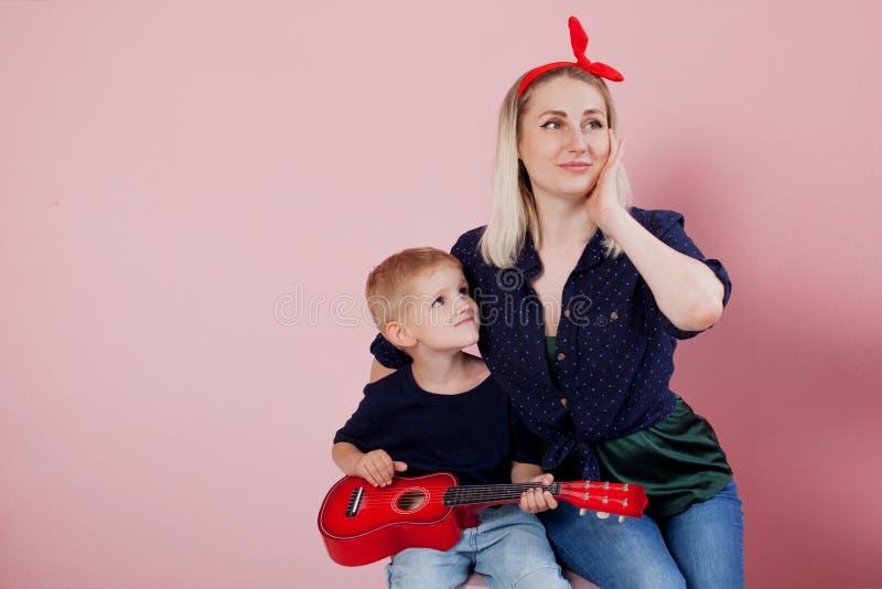 Lycklig ung kvinna med söner gladlynt familj arkivfoto
