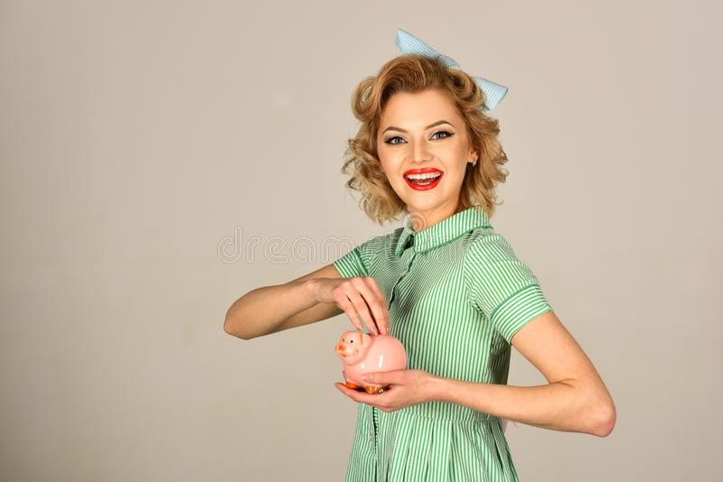Lycklig ung kvinna och spargris royaltyfri foto